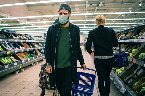 2048px-Coronavirus_COVID-19_face_mask_in_supermarket